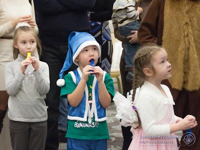 Дети взялись за шары
