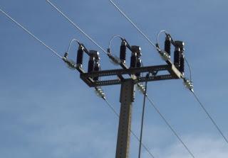 Elevación de la tensión eléctrica en el transporte