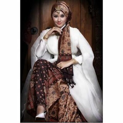 model kebaya hijab warna putih rok batik