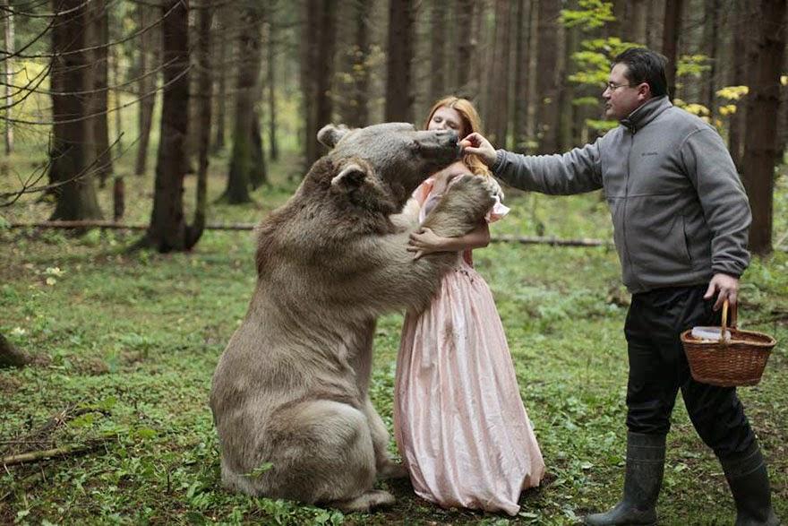 katerina plotnikova sesion de fotos con oso entrenado