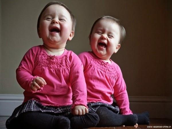 Une Image bébé fille jumelle