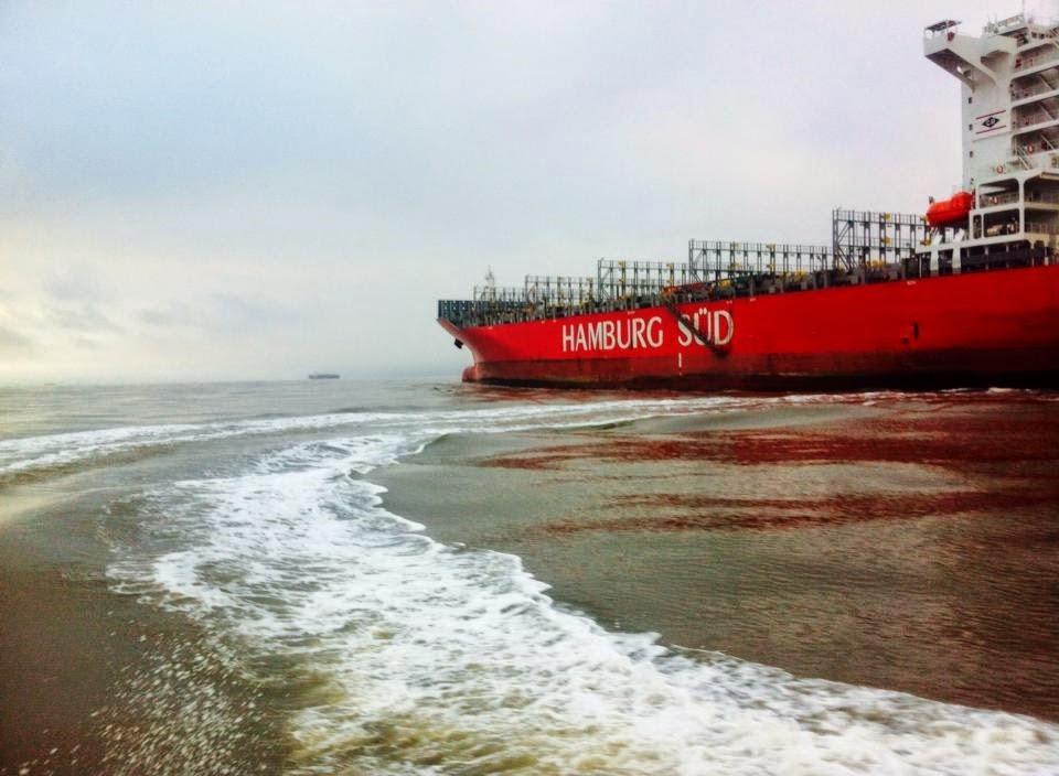 Navio deixando porto