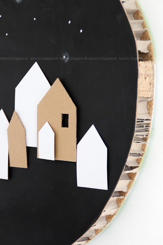 rundes Wandbild mit Tafellack mit Häusern aus Papier und Pappe