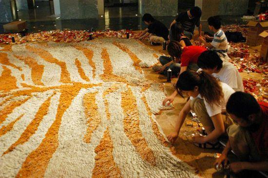 مليون سيجارة لصناعة سجادة الصين (صور)