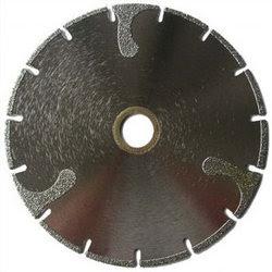Если алмазный инструмент периодически застревает в разрезе, то скорее всего вы выбрали не тот диск. Обратите внимание на маркировку диска и уточните подходит он для резки того материала с которым вы работаете в данный момент. Как правило, правильно подобранный диск обеспечит вам комфортную и удобную резку без всяких хлопот и застревания инструмента в разрезе.
