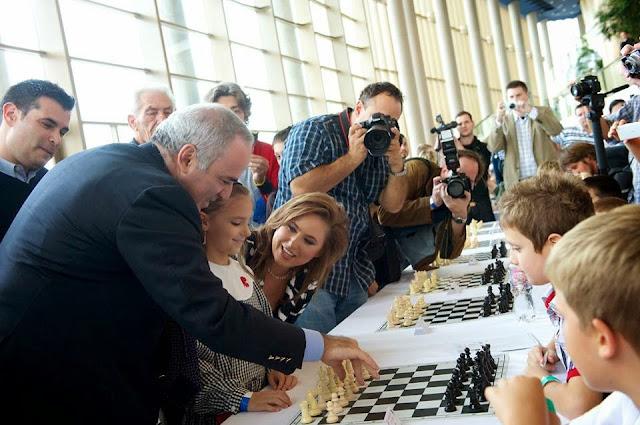 Garry Kasparov et Judit Polgar, deux grands champions aux échecs qui prônent l'enseignement du noble jeu aux enfants dans les écoles