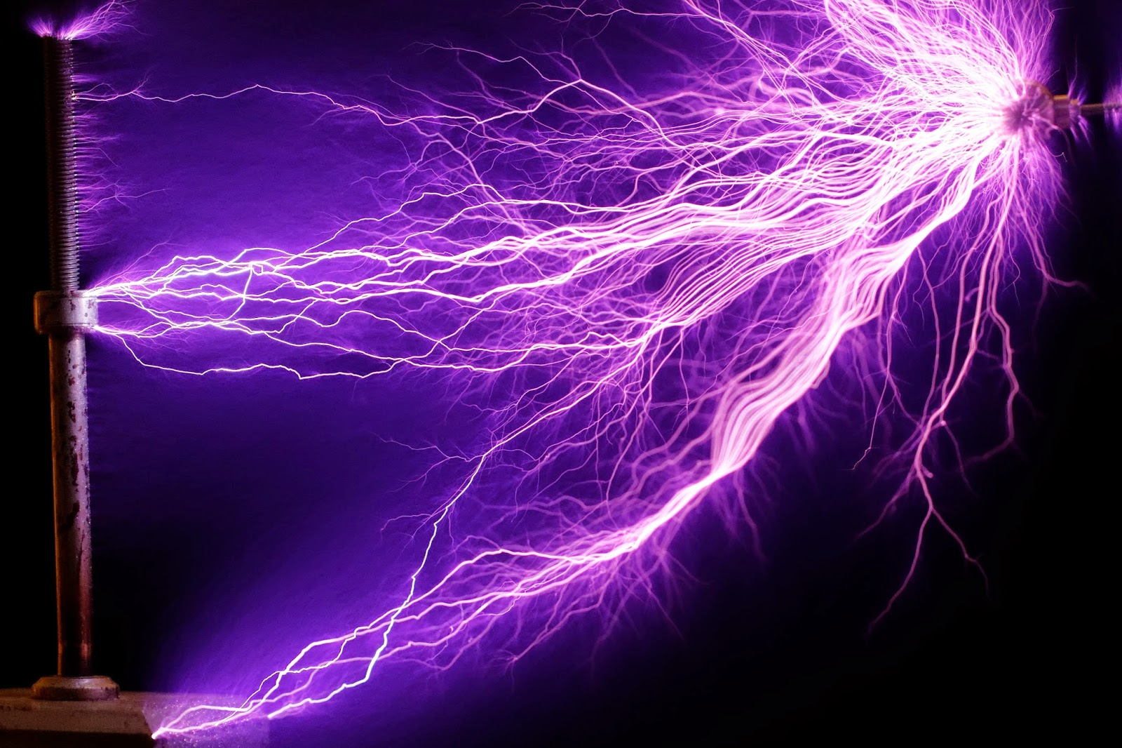 http://aetherforce.com/wp-content/uploads/2014/05/225W_Tesla_coil_-_arcs_cropped.jpg