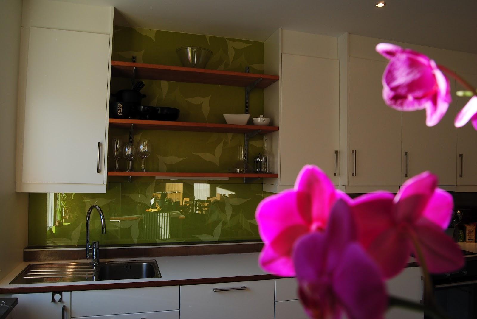 Studio*plong: vitt kök med färg