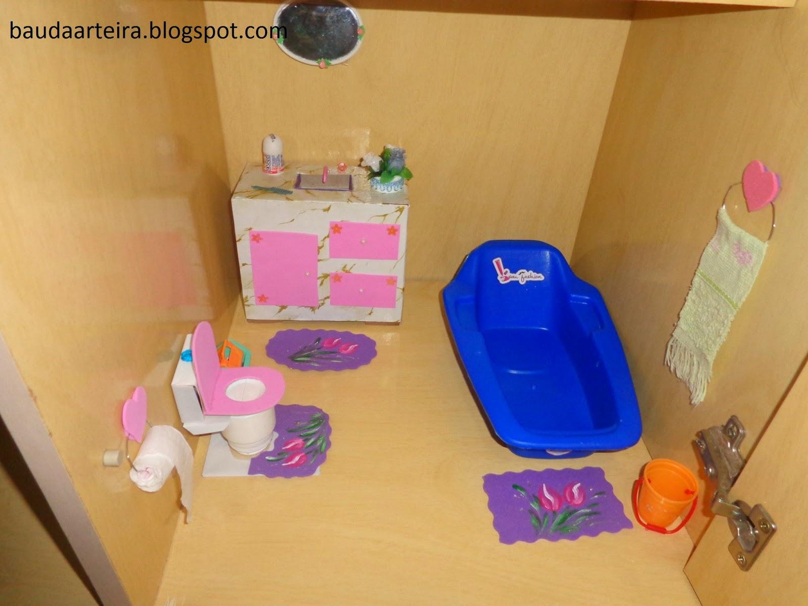 Fiz o conjunto de tapetes de EVA e pintei. #022AC0 1600x1200 Banheiro Da Barbie De Papelão