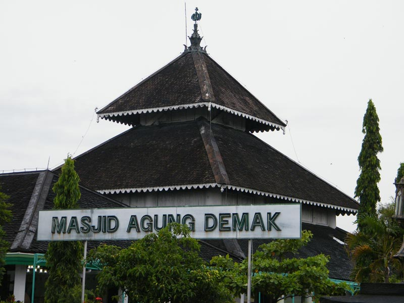 ... masjid ini diperkirakan adalah Raden Patah, yaitu raja pertama Demak