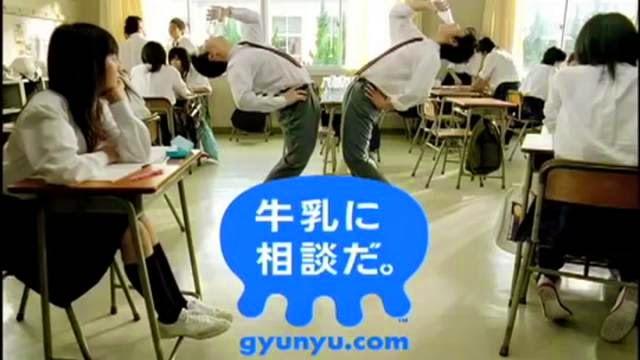 Publicité de lait, un professeur attaque un étudiant avec des craies