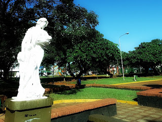 Monumento na Plaza de Armas, em Encarnación, Paraguai.