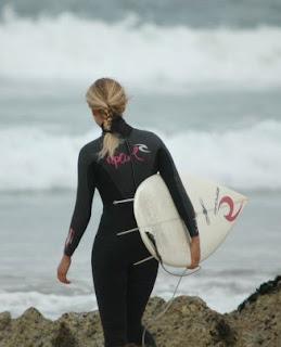 mujer surfeando