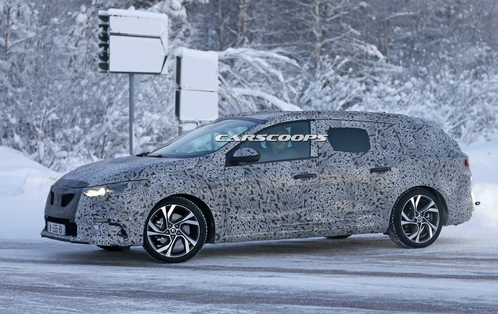 2017 renault megane sport tourer spied testing for the first time carscoops. Black Bedroom Furniture Sets. Home Design Ideas