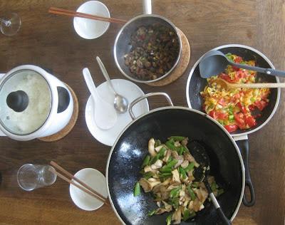 Drei chinesische Gerichte mit Reis auf dem Tisch