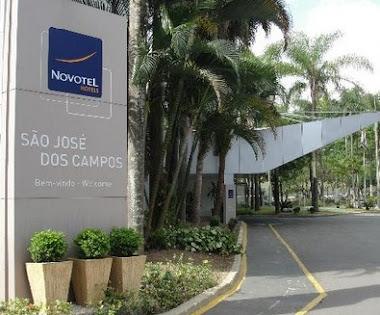 TOTEM EM ACM COM ADESIVO E FONTE PERFURADA NOVOTEL SÃO JOSÉ DOS CAMPOS-SP
