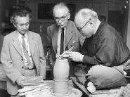 Soetsu Yanagi y Bernard Leach mirando a  Hamada trabajar.