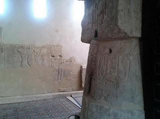 نقوش مصرية قديمة داخِل جامِع سيدي أبو الحجاج الصوفي بمعبَد الأقصُر