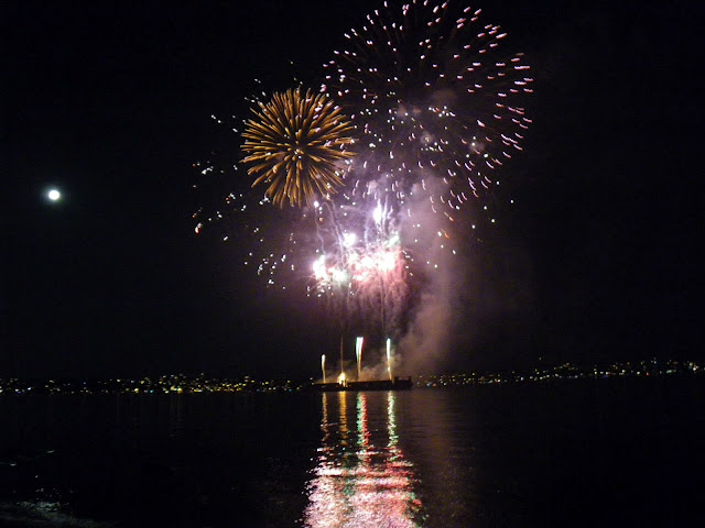 Honda Celebration of light 2012, fireworks among the moon on Vancouver's sky, Vietnam night