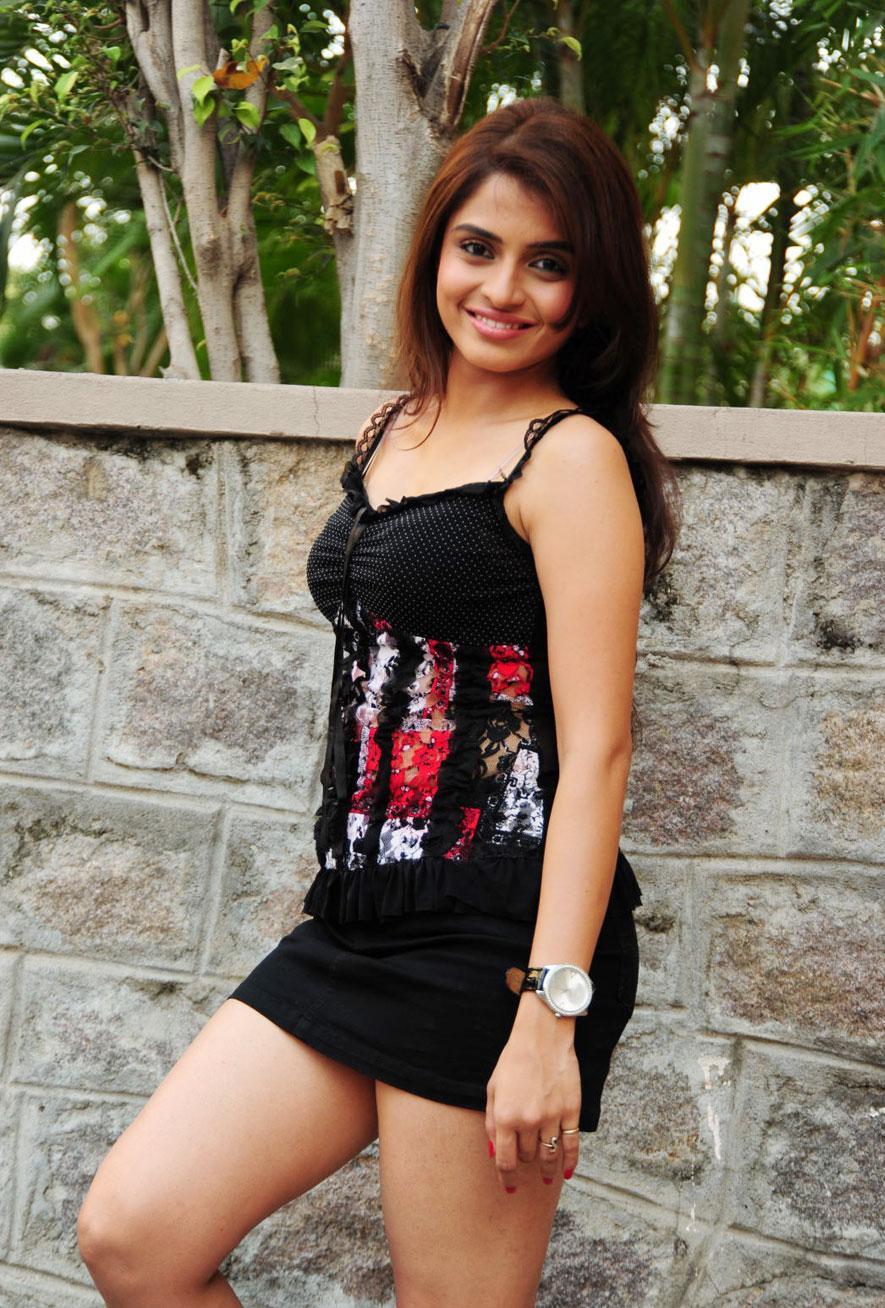 Beauty Galore HD : Hansika Motwani In Pink Frock Skirt Hot