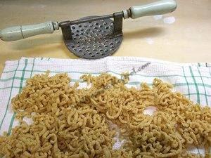 Passatelli ricetta romagnola di pasta fatta in casa passata col ferro