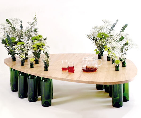 mesa hecha con botellas