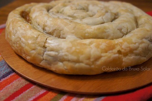 Torta folhada enrolada de berinjela e queijo