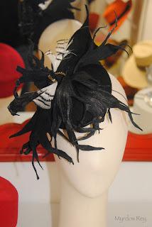 tocado-negro-blanco-asun-duran-sombrero-evento-boda
