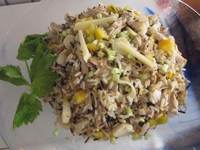 insalata di riso selvaggio, pollo, germogli e cuori di palma