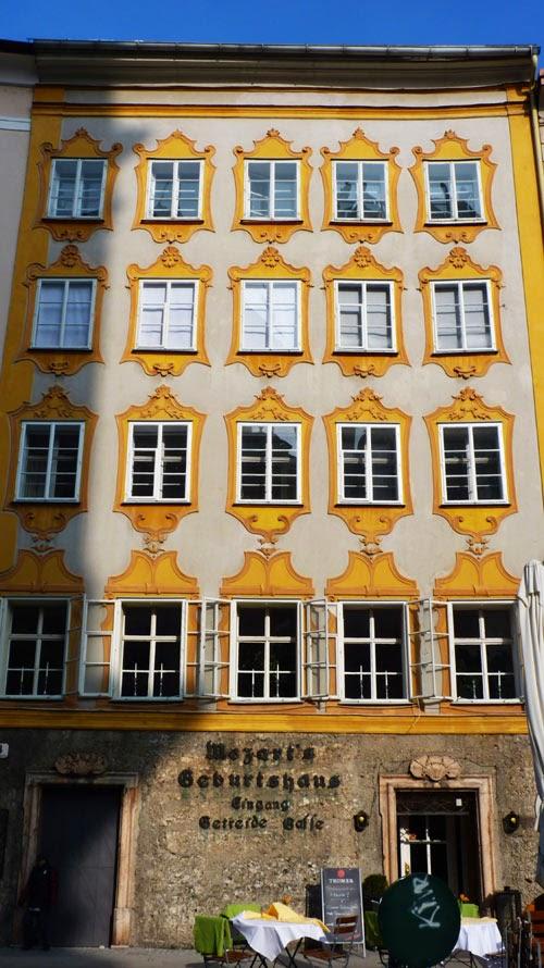Mozart Geburtshaus Salzburg, Rückseite von Mozarts Geburtshaus mit Gastronomie