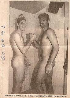 Jogador RAÍ pelado no chuveiro do vestiário