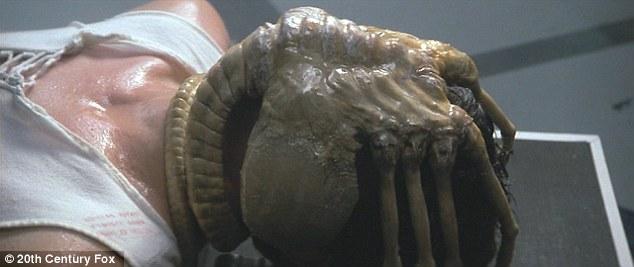 Makhluk seperti kepiting di dalam film fiksi Alien tahun 1979