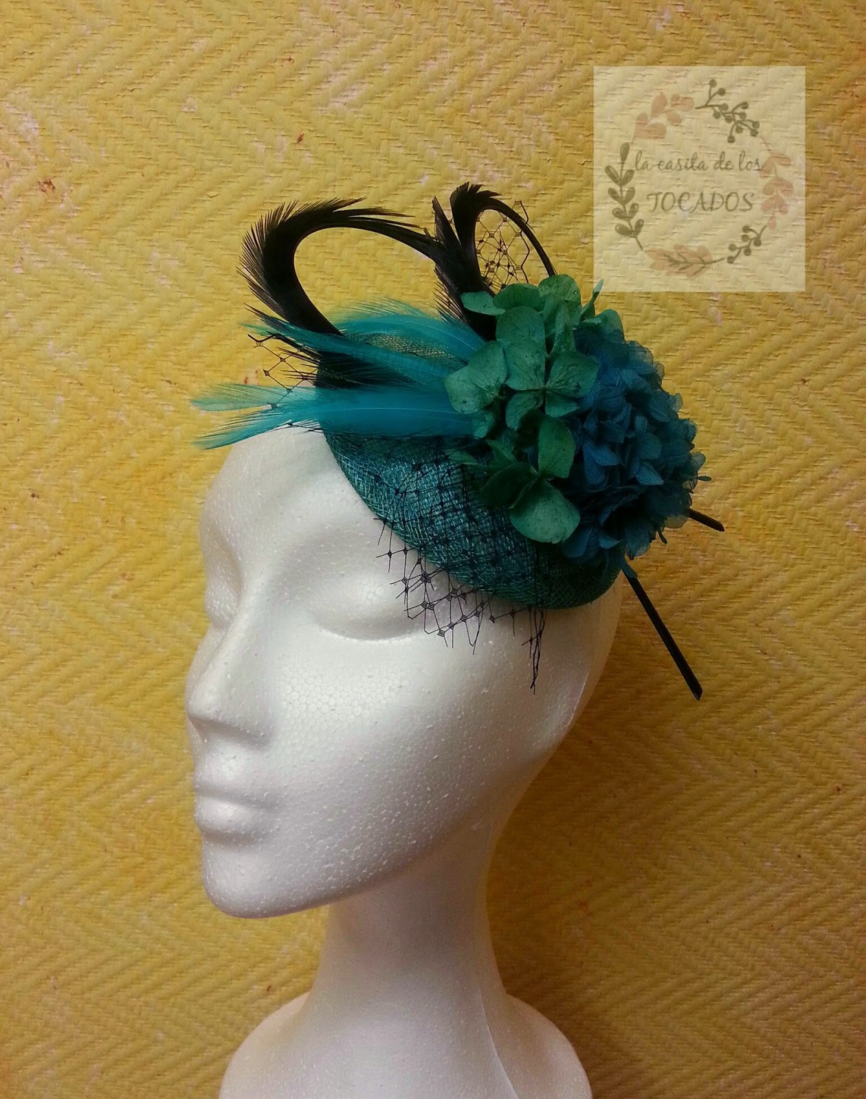 tocado para boda en colores verde jade y negro, con plumas, flores y velo