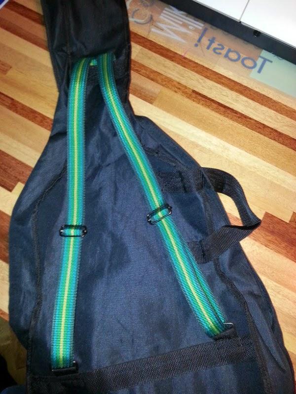Gitaartas opgeleukt met gekleurd tassenband
