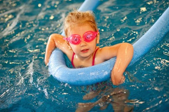 Nuotare giocando - Bambini in piscina a 3 anni ...