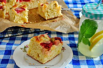 329. Wiosenne ciasto drożdżowe z rabarbarem i truskawkami