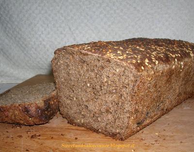 pane nero con semi di sesamo