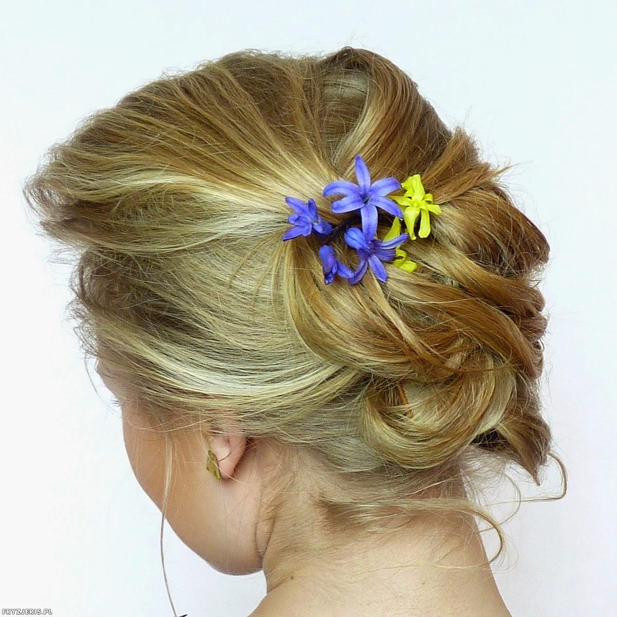 fryzury ślubne - upięcie z kwiatami