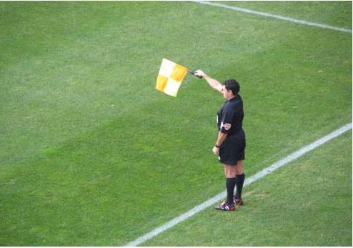 El mundo del abitraje futbol los arbitros asistentes y for Balon fuera de juego