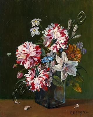 Claveles y varias flores dispuestas en florero de cristal