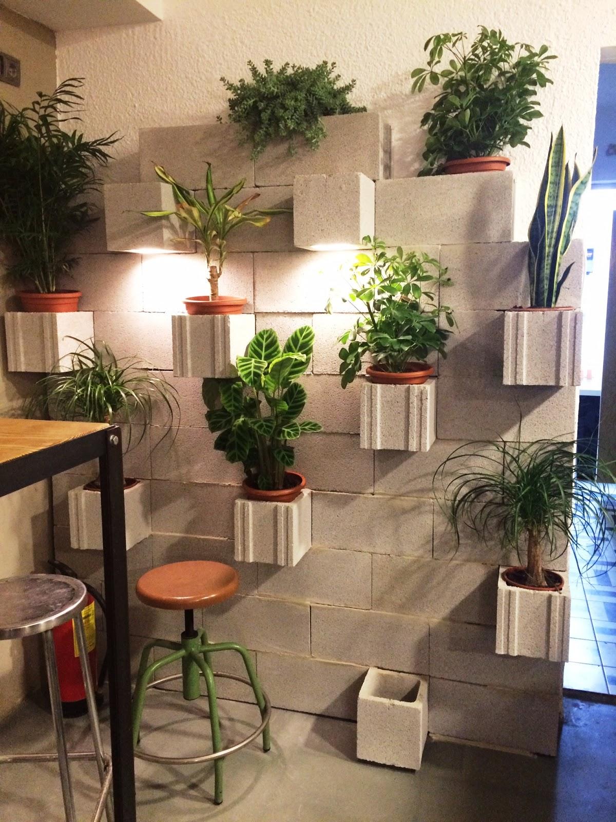la pared del fondo la han solucionado con bloques de cemento de obra han creado un jardinera vertical con iluminacin indirecta genial