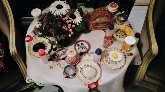 Roosan tekemä ihana kattaus - missäs muualla kuin olohuoneen pöydällä