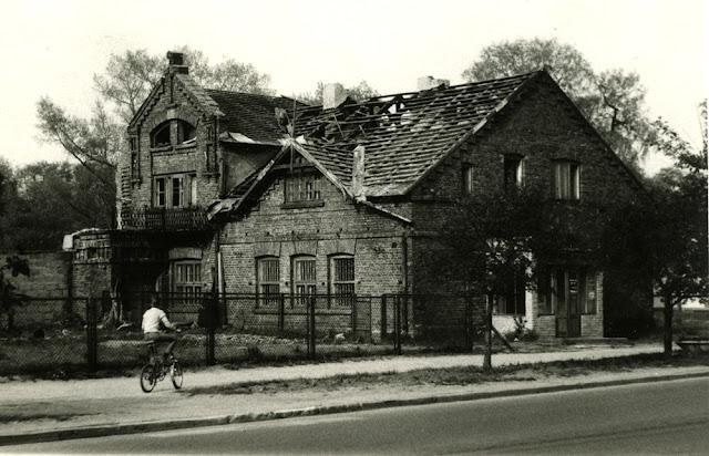Końskie, Pocztowa 9. To była willa o dość dziwnej architekturze w ogromnym ogrodzie - sadzie. Czasy świetności tego budynku dawno już minęły - rozbiórka, lata siedemdziesiąte. Fot. KW.