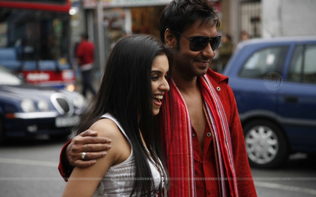 http://4.bp.blogspot.com/-IIE3DMZne3Y/T5k5BCtYjuI/AAAAAAAADFc/_EMU7PqRD9s/s1600/38665-ajay-devgan-with-asin-in-london-dreams-movie.jpg