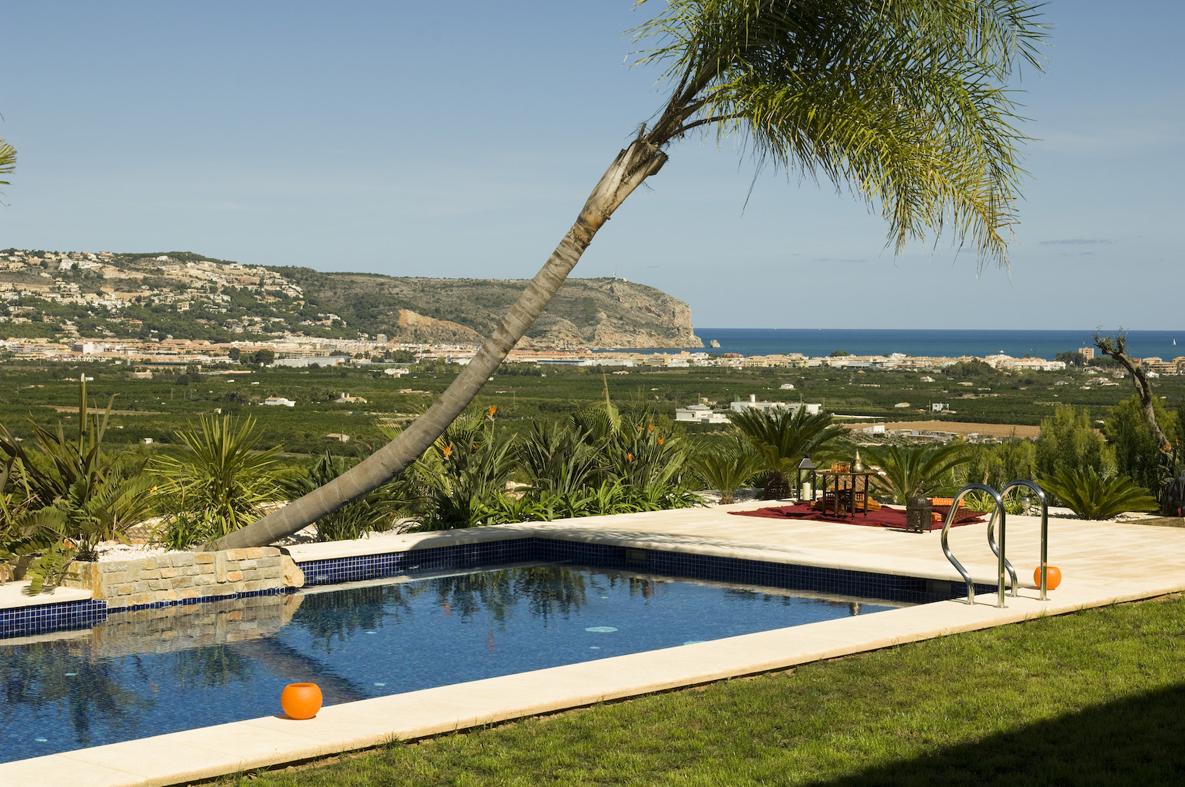 Pavimento para alrededor piscina finest la terminacin del - Normativa barandillas exteriores ...