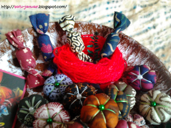 Menata Vas Bunga Batik dan Hiasan Permen