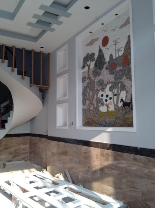 Bên tường có bức tranh ghép đá sống động
