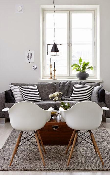 sofa gris oscuro lineas rectas sillas eames