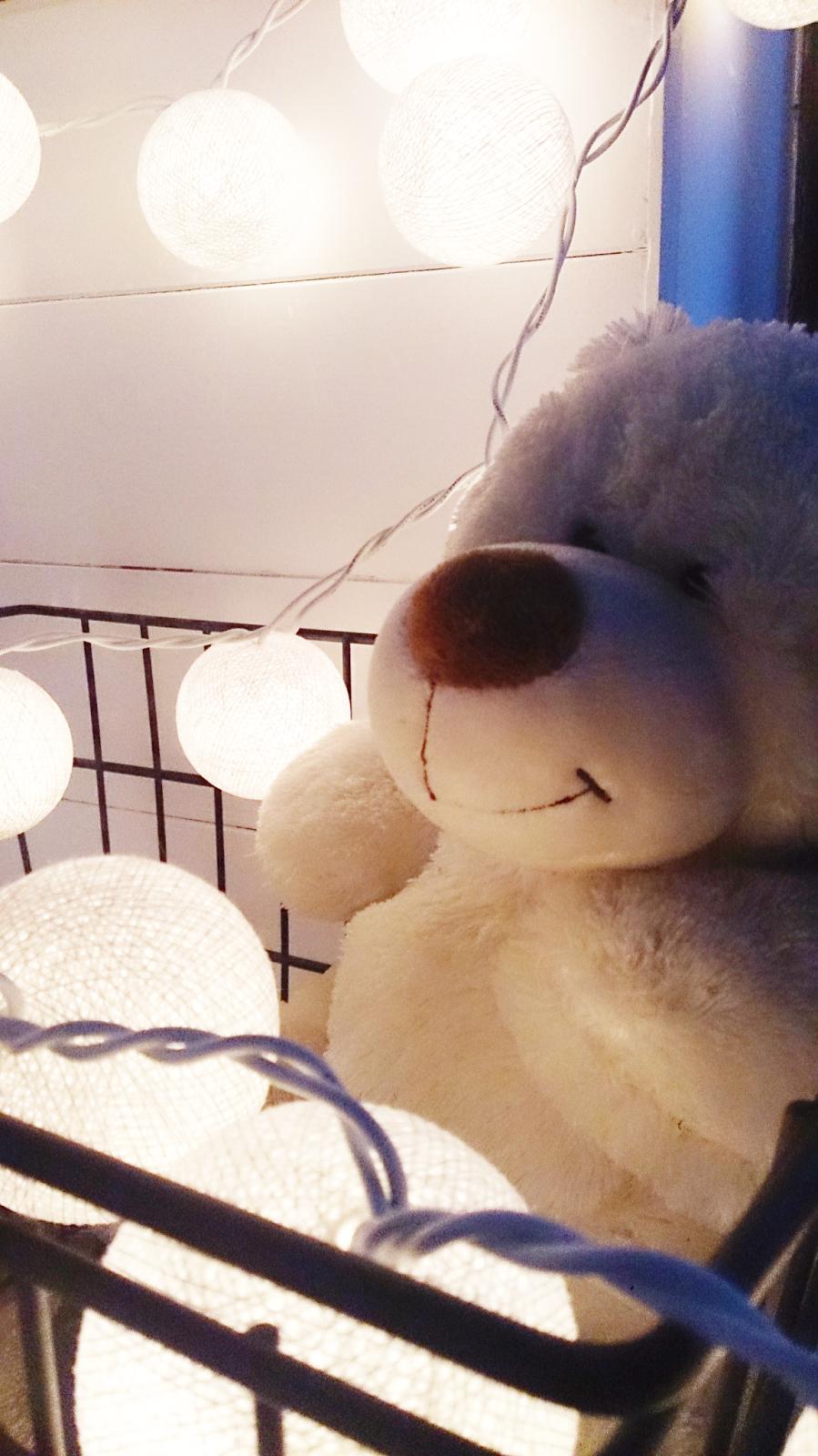 child white room,kids rooms,białe deski w pokoju dziecka,inspiracje,dekoracje,cotton balls lights,czarny kosz,pokój dziecięcy,biały miś,blog DIy,majsterkowanie