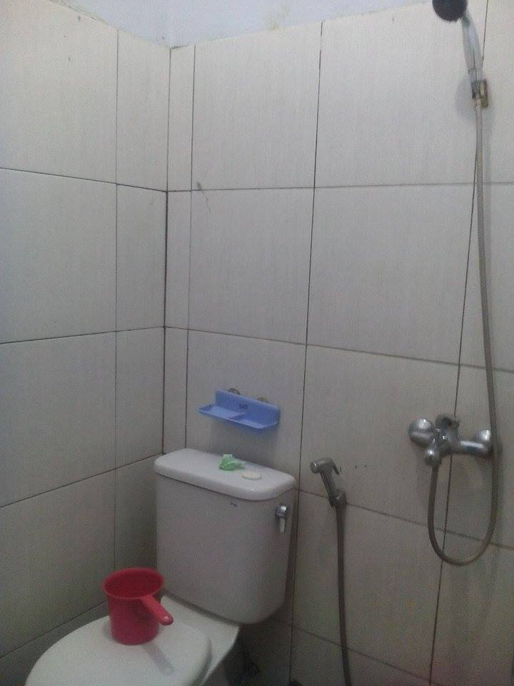 Urusan Kamar Mandi Cukup Memuaskan Lebih Fasilitas Air Panas Tapi Jangan Ditanya Handuk Dan Toiletrisnya Sudah Masuk Kategori Tidak Layak